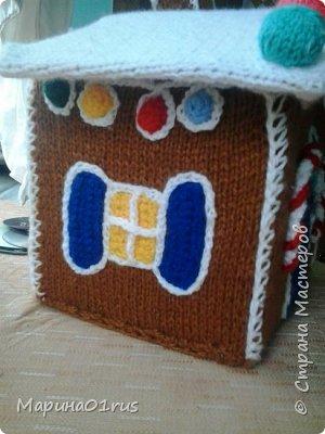 Хоть до нового года еще и далеко, но пребывая в хорошем настроении решила связать волшебный домик. Сделала его таким образом, чтобы крышу можно было снять и положить в домик конфеты, мандаринки и небольшие подарочки. Вот что у меня получилось. фото 4