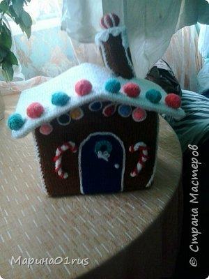 Хоть до нового года еще и далеко, но пребывая в хорошем настроении решила связать волшебный домик. Сделала его таким образом, чтобы крышу можно было снять и положить в домик конфеты, мандаринки и небольшие подарочки. Вот что у меня получилось. фото 5