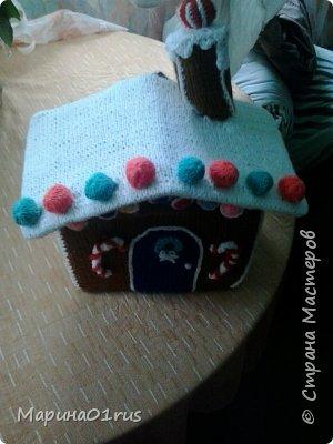 Хоть до нового года еще и далеко, но пребывая в хорошем настроении решила связать волшебный домик. Сделала его таким образом, чтобы крышу можно было снять и положить в домик конфеты, мандаринки и небольшие подарочки. Вот что у меня получилось. фото 6