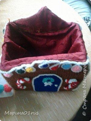 Хоть до нового года еще и далеко, но пребывая в хорошем настроении решила связать волшебный домик. Сделала его таким образом, чтобы крышу можно было снять и положить в домик конфеты, мандаринки и небольшие подарочки. Вот что у меня получилось. фото 7