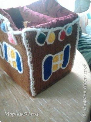 Хоть до нового года еще и далеко, но пребывая в хорошем настроении решила связать волшебный домик. Сделала его таким образом, чтобы крышу можно было снять и положить в домик конфеты, мандаринки и небольшие подарочки. Вот что у меня получилось. фото 9