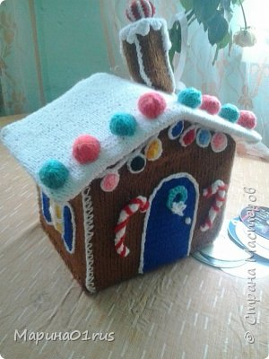 Хоть до нового года еще и далеко, но пребывая в хорошем настроении решила связать волшебный домик. Сделала его таким образом, чтобы крышу можно было снять и положить в домик конфеты, мандаринки и небольшие подарочки. Вот что у меня получилось. фото 10