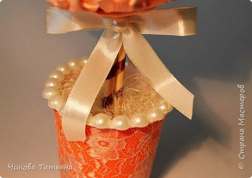 """Здравствуйте, дорогие! Вчера на свет появился топиарий. Делала на день рождения подруге. Не знала, что клей может так """"съедать"""" пенопласт!!! Теперь знаю... Выполнен из атласных лент, долго пришлось их шить!Пустоты между цветками заполнила полубисинами. И вообще, я просто подсела на полубусины! Уже четвертая работа с большим количеством данного украшения. фото 3"""