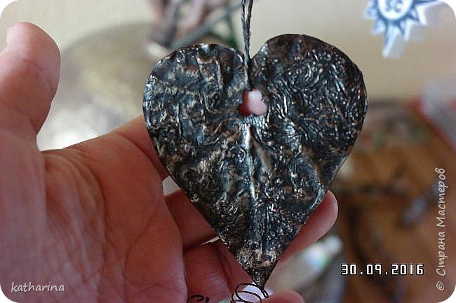 Нашла в стране новое для меня. Бумага или тонкий картон мажется ПВА жирно. Когда плёночка появится обжечь на огне свечки . Ещё горячее формуем пальцем обёрнутым тряпочкой . Ну а потом окраска слегка металликом. Поищу имя автора. Это мужское сердце . Простота и прямота . http://www.liveinternet.ru/users/5146836/post273977801/ фото 1