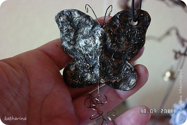 Нашла в стране новое для меня. Бумага или тонкий картон мажется ПВА жирно. Когда плёночка появится обжечь на огне свечки . Ещё горячее формуем пальцем обёрнутым тряпочкой . Ну а потом окраска слегка металликом. Поищу имя автора. Это мужское сердце . Простота и прямота . http://www.liveinternet.ru/users/5146836/post273977801/ фото 2