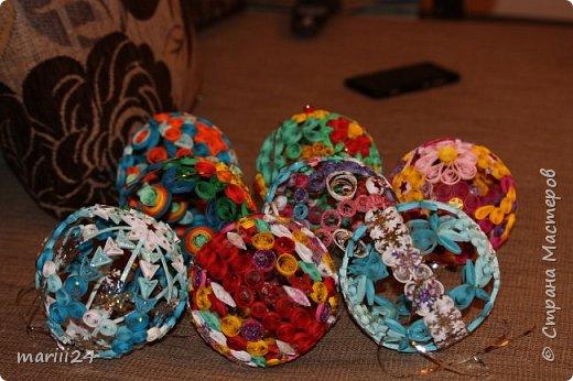 Добрый день, уважаемые жители СМ. Сегодня хочу показать вам свои квиллинговые новогодние шарики. Увлекалась я квиллингом несколько лет назад и 3 года подряд одаривала родных и близких на НГ этими шарами.  фото 1