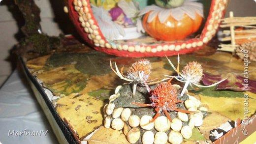 Домик выполнен в технике папье-маше, дерево из веток, обклеено мхом. перед домом маленькая клумба и огородик небольшой посажен. В домике есть свет. фото 2