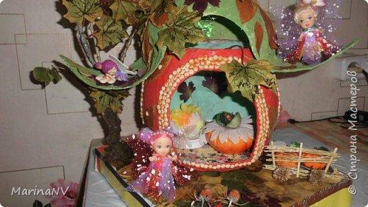 Домик выполнен в технике папье-маше, дерево из веток, обклеено мхом. перед домом маленькая клумба и огородик небольшой посажен. В домике есть свет. фото 1