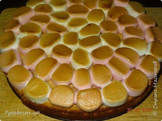 Всем добрый вечер. Сегодня балую вас сладеньким. Давно хотела испечь этот торт, т.к. соблазнял он меня своим внешним видом, а дети очень любят маршмеллоу.   Торт «Жираф» с маршмеллоу получил свое название благодаря оригинальному украшению.  Для украшения и придания соответствия названию,  на поверхности торта раскладываются кусочки зефира маршмеллоу,  имитирующие после кратковременного обжига раскраску шкуры жирафа. Сегодня у старшего сынули день рождения, вот и захотелось его удивить. Подвернулся случай, чтоб испечь этот торт. Торт на песочной основе с шоколадным кремом, украшенный сверху воздушным зефиром.                                        фото 19