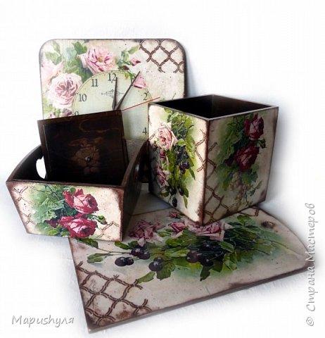 """Здравствуйте,мастера и мастерицы нашей замечательной Страны! Хочу представить на Ваш суд кухонный набор """"Винтажные розы"""". Дело в том, что давно мне нравились картинки с цветами художницы  CATHARINA KLEIN, но все в голове не укладывалось- куда бы их применить. В сентябре у любимой тетушки день рождения , наконец, я поняла, где я применю эти великолепные картинки. В набор входят часы, конфетница, короб для специй и разделочная доска. фото 14"""
