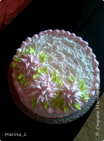 ванильный бисквит,слиочно йогуртовый крем.прослойка с клубники.украшен кремом мокрое безе. фото 3