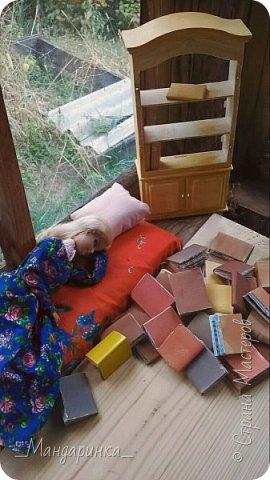 """Всем привет!Сегодня я выкладываю вторую часть истории.Для истории я сделала софу(ну или её подобие), подушку, книги, перекрасила шкаф в какой-то желтоватый цвет.Фотографировала на телефон, да и ещё СМ """"съела"""" качество ------------------------------------------------------------------------------------------------------------------------ Утром я проснулась в необычном месте.Это была комната средних размеров с окнами во всю стену.Исчез сундук с альбомом, но появилась гора каких-то книг и шкаф. фото 1"""