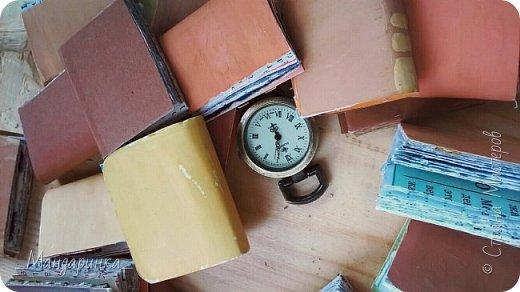 """Всем привет!Сегодня я выкладываю вторую часть истории.Для истории я сделала софу(ну или её подобие), подушку, книги, перекрасила шкаф в какой-то желтоватый цвет.Фотографировала на телефон, да и ещё СМ """"съела"""" качество ------------------------------------------------------------------------------------------------------------------------ Утром я проснулась в необычном месте.Это была комната средних размеров с окнами во всю стену.Исчез сундук с альбомом, но появилась гора каких-то книг и шкаф. фото 6"""