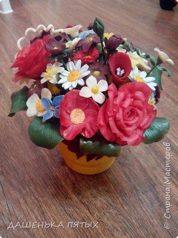 Здравствуйте, гости моей странички.налепилось много цветочков мелких пока училась лепке из фарфора и я решила собрать все в букетик:-)вот что получилось.:-) фото 8