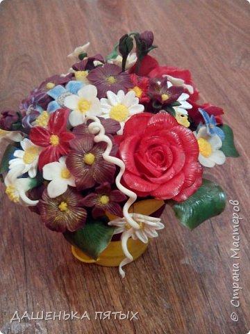 Здравствуйте, гости моей странички.налепилось много цветочков мелких пока училась лепке из фарфора и я решила собрать все в букетик:-)вот что получилось.:-) фото 1