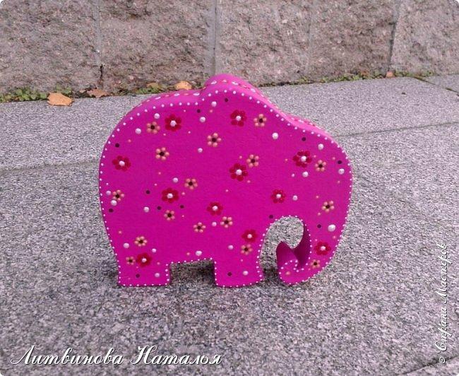 Мой любимый гипсовый слон, но сегодня розовый.... Ждала я от себя большего.....и вообще не так представляла розового слона....Но видимо вчерашний затяжной ливень все нам со слоном испортил....... фото 2