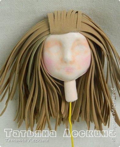"""Недавно появилась на свет эта девочка- экспериментальная куколка из фоамирана. Экспериментальная потому, что с реалистичным личиком, и без единой пенопластовой формы. Сделала я её для участия в конкурсе """"Моя милашка"""", который организовала замечательный Мастер по работе с фоамираном- Татьяна Шмелёва. Куколка миниатюрная, рост без шапочки-29 см. Шапочка-съёмная. Была ещё курточка, но т.к. красный фом был более толстый, курточка сидела на фигурке грубовато, пришлось снять. Возможно, добавлю в дальнейшем что-нибудь мягкое и тёплое вместо той курточки. фото 3"""