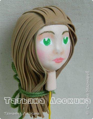"""Недавно появилась на свет эта девочка- экспериментальная куколка из фоамирана. Экспериментальная потому, что с реалистичным личиком, и без единой пенопластовой формы. Сделала я её для участия в конкурсе """"Моя милашка"""", который организовала замечательный Мастер по работе с фоамираном- Татьяна Шмелёва. Куколка миниатюрная, рост без шапочки-29 см. Шапочка-съёмная. Была ещё курточка, но т.к. красный фом был более толстый, курточка сидела на фигурке грубовато, пришлось снять. Возможно, добавлю в дальнейшем что-нибудь мягкое и тёплое вместо той курточки. фото 4"""