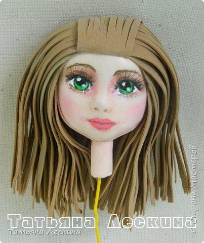 """Недавно появилась на свет эта девочка- экспериментальная куколка из фоамирана. Экспериментальная потому, что с реалистичным личиком, и без единой пенопластовой формы. Сделала я её для участия в конкурсе """"Моя милашка"""", который организовала замечательный Мастер по работе с фоамираном- Татьяна Шмелёва. Куколка миниатюрная, рост без шапочки-29 см. Шапочка-съёмная. Была ещё курточка, но т.к. красный фом был более толстый, курточка сидела на фигурке грубовато, пришлось снять. Возможно, добавлю в дальнейшем что-нибудь мягкое и тёплое вместо той курточки. фото 5"""