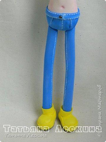 """Недавно появилась на свет эта девочка- экспериментальная куколка из фоамирана. Экспериментальная потому, что с реалистичным личиком, и без единой пенопластовой формы. Сделала я её для участия в конкурсе """"Моя милашка"""", который организовала замечательный Мастер по работе с фоамираном- Татьяна Шмелёва. Куколка миниатюрная, рост без шапочки-29 см. Шапочка-съёмная. Была ещё курточка, но т.к. красный фом был более толстый, курточка сидела на фигурке грубовато, пришлось снять. Возможно, добавлю в дальнейшем что-нибудь мягкое и тёплое вместо той курточки. фото 6"""