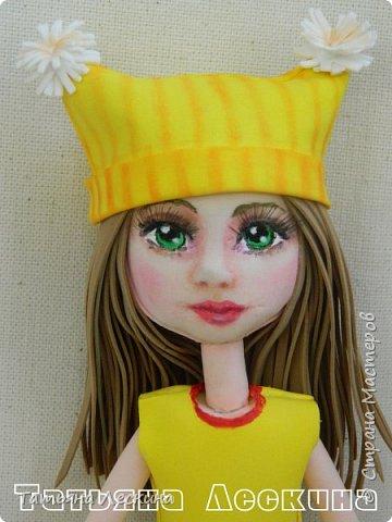 """Недавно появилась на свет эта девочка- экспериментальная куколка из фоамирана. Экспериментальная потому, что с реалистичным личиком, и без единой пенопластовой формы. Сделала я её для участия в конкурсе """"Моя милашка"""", который организовала замечательный Мастер по работе с фоамираном- Татьяна Шмелёва. Куколка миниатюрная, рост без шапочки-29 см. Шапочка-съёмная. Была ещё курточка, но т.к. красный фом был более толстый, курточка сидела на фигурке грубовато, пришлось снять. Возможно, добавлю в дальнейшем что-нибудь мягкое и тёплое вместо той курточки. фото 8"""