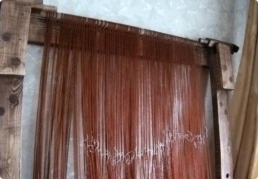 Здравствуйте, мастера и мастерицы!    Сегодня прямо с утречка я решила немного рассказать вам, как я осваиваю древнейшие виды ткачества.  На фото ниже рисунок самого древнего ткацкого станка на земле. Схематическое изображение взято отсюда: http://www.liveinternet.ru/users/weaving/post222759421 На подобных ткали тончайшие ткани в древнем Египте и древней Греции, шелка в Китае и сложные узорные ткани и ковры в Византии. На таких же станках и им подобным и более упрощенных ткали шерстяные ткани в Скандинавии и льняные в древней Руси. Более сложные станки появились лишь в 11-12 веке, и то, это лишь предположительно, поскольку даже изобразительных источников на горизонтальные не найдено, а вот вертикальные ткацкие рамы присутствуют во множестве. Это вам такой маленький и краткий экскурс в историю древнего мира. фото 7
