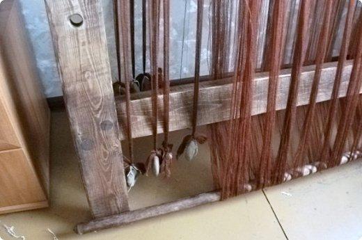 Здравствуйте, мастера и мастерицы!    Сегодня прямо с утречка я решила немного рассказать вам, как я осваиваю древнейшие виды ткачества.  На фото ниже рисунок самого древнего ткацкого станка на земле. Схематическое изображение взято отсюда: http://www.liveinternet.ru/users/weaving/post222759421 На подобных ткали тончайшие ткани в древнем Египте и древней Греции, шелка в Китае и сложные узорные ткани и ковры в Византии. На таких же станках и им подобным и более упрощенных ткали шерстяные ткани в Скандинавии и льняные в древней Руси. Более сложные станки появились лишь в 11-12 веке, и то, это лишь предположительно, поскольку даже изобразительных источников на горизонтальные не найдено, а вот вертикальные ткацкие рамы присутствуют во множестве. Это вам такой маленький и краткий экскурс в историю древнего мира. фото 8