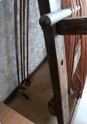 Здравствуйте, мастера и мастерицы!    Сегодня прямо с утречка я решила немного рассказать вам, как я осваиваю древнейшие виды ткачества.  На фото ниже рисунок самого древнего ткацкого станка на земле. Схематическое изображение взято отсюда: http://www.liveinternet.ru/users/weaving/post222759421 На подобных ткали тончайшие ткани в древнем Египте и древней Греции, шелка в Китае и сложные узорные ткани и ковры в Византии. На таких же станках и им подобным и более упрощенных ткали шерстяные ткани в Скандинавии и льняные в древней Руси. Более сложные станки появились лишь в 11-12 веке, и то, это лишь предположительно, поскольку даже изобразительных источников на горизонтальные не найдено, а вот вертикальные ткацкие рамы присутствуют во множестве. Это вам такой маленький и краткий экскурс в историю древнего мира. фото 9