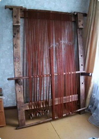 Здравствуйте, мастера и мастерицы!    Сегодня прямо с утречка я решила немного рассказать вам, как я осваиваю древнейшие виды ткачества.  На фото ниже рисунок самого древнего ткацкого станка на земле. Схематическое изображение взято отсюда: http://www.liveinternet.ru/users/weaving/post222759421 На подобных ткали тончайшие ткани в древнем Египте и древней Греции, шелка в Китае и сложные узорные ткани и ковры в Византии. На таких же станках и им подобным и более упрощенных ткали шерстяные ткани в Скандинавии и льняные в древней Руси. Более сложные станки появились лишь в 11-12 веке, и то, это лишь предположительно, поскольку даже изобразительных источников на горизонтальные не найдено, а вот вертикальные ткацкие рамы присутствуют во множестве. Это вам такой маленький и краткий экскурс в историю древнего мира. фото 10