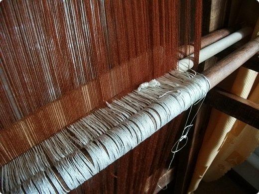 Здравствуйте, мастера и мастерицы!    Сегодня прямо с утречка я решила немного рассказать вам, как я осваиваю древнейшие виды ткачества.  На фото ниже рисунок самого древнего ткацкого станка на земле. Схематическое изображение взято отсюда: http://www.liveinternet.ru/users/weaving/post222759421 На подобных ткали тончайшие ткани в древнем Египте и древней Греции, шелка в Китае и сложные узорные ткани и ковры в Византии. На таких же станках и им подобным и более упрощенных ткали шерстяные ткани в Скандинавии и льняные в древней Руси. Более сложные станки появились лишь в 11-12 веке, и то, это лишь предположительно, поскольку даже изобразительных источников на горизонтальные не найдено, а вот вертикальные ткацкие рамы присутствуют во множестве. Это вам такой маленький и краткий экскурс в историю древнего мира. фото 11