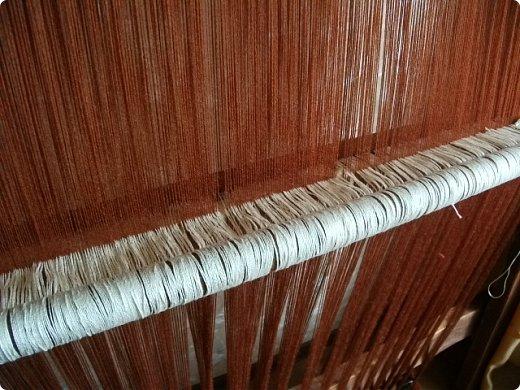 Здравствуйте, мастера и мастерицы!    Сегодня прямо с утречка я решила немного рассказать вам, как я осваиваю древнейшие виды ткачества.  На фото ниже рисунок самого древнего ткацкого станка на земле. Схематическое изображение взято отсюда: http://www.liveinternet.ru/users/weaving/post222759421 На подобных ткали тончайшие ткани в древнем Египте и древней Греции, шелка в Китае и сложные узорные ткани и ковры в Византии. На таких же станках и им подобным и более упрощенных ткали шерстяные ткани в Скандинавии и льняные в древней Руси. Более сложные станки появились лишь в 11-12 веке, и то, это лишь предположительно, поскольку даже изобразительных источников на горизонтальные не найдено, а вот вертикальные ткацкие рамы присутствуют во множестве. Это вам такой маленький и краткий экскурс в историю древнего мира. фото 12