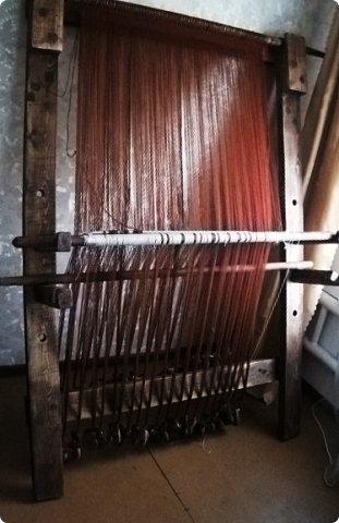 Здравствуйте, мастера и мастерицы!    Сегодня прямо с утречка я решила немного рассказать вам, как я осваиваю древнейшие виды ткачества.  На фото ниже рисунок самого древнего ткацкого станка на земле. Схематическое изображение взято отсюда: http://www.liveinternet.ru/users/weaving/post222759421 На подобных ткали тончайшие ткани в древнем Египте и древней Греции, шелка в Китае и сложные узорные ткани и ковры в Византии. На таких же станках и им подобным и более упрощенных ткали шерстяные ткани в Скандинавии и льняные в древней Руси. Более сложные станки появились лишь в 11-12 веке, и то, это лишь предположительно, поскольку даже изобразительных источников на горизонтальные не найдено, а вот вертикальные ткацкие рамы присутствуют во множестве. Это вам такой маленький и краткий экскурс в историю древнего мира. фото 13