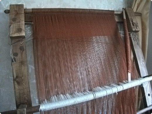 Здравствуйте, мастера и мастерицы!    Сегодня прямо с утречка я решила немного рассказать вам, как я осваиваю древнейшие виды ткачества.  На фото ниже рисунок самого древнего ткацкого станка на земле. Схематическое изображение взято отсюда: http://www.liveinternet.ru/users/weaving/post222759421 На подобных ткали тончайшие ткани в древнем Египте и древней Греции, шелка в Китае и сложные узорные ткани и ковры в Византии. На таких же станках и им подобным и более упрощенных ткали шерстяные ткани в Скандинавии и льняные в древней Руси. Более сложные станки появились лишь в 11-12 веке, и то, это лишь предположительно, поскольку даже изобразительных источников на горизонтальные не найдено, а вот вертикальные ткацкие рамы присутствуют во множестве. Это вам такой маленький и краткий экскурс в историю древнего мира. фото 15