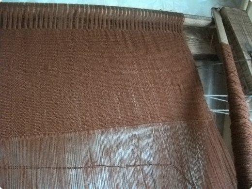 Здравствуйте, мастера и мастерицы!    Сегодня прямо с утречка я решила немного рассказать вам, как я осваиваю древнейшие виды ткачества.  На фото ниже рисунок самого древнего ткацкого станка на земле. Схематическое изображение взято отсюда: http://www.liveinternet.ru/users/weaving/post222759421 На подобных ткали тончайшие ткани в древнем Египте и древней Греции, шелка в Китае и сложные узорные ткани и ковры в Византии. На таких же станках и им подобным и более упрощенных ткали шерстяные ткани в Скандинавии и льняные в древней Руси. Более сложные станки появились лишь в 11-12 веке, и то, это лишь предположительно, поскольку даже изобразительных источников на горизонтальные не найдено, а вот вертикальные ткацкие рамы присутствуют во множестве. Это вам такой маленький и краткий экскурс в историю древнего мира. фото 16