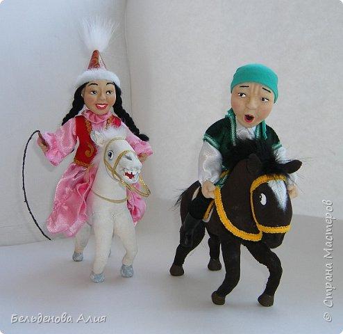 """""""Догони девушку"""" (Кыз куу) - казахская национальная игра. На старте девушка на лошади находится на корпус лошади впереди парня. Определяется дистанция. Если парень догонит девушку, то может её поцеловать, а если не догонит, то на обратном пути девушка бьёт кнутом парня, при этом парень старается ускакать, если получится. фото 1"""