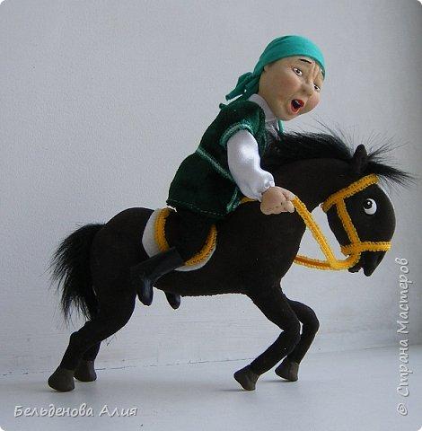 """""""Догони девушку"""" (Кыз куу) - казахская национальная игра. На старте девушка на лошади находится на корпус лошади впереди парня. Определяется дистанция. Если парень догонит девушку, то может её поцеловать, а если не догонит, то на обратном пути девушка бьёт кнутом парня, при этом парень старается ускакать, если получится. фото 10"""