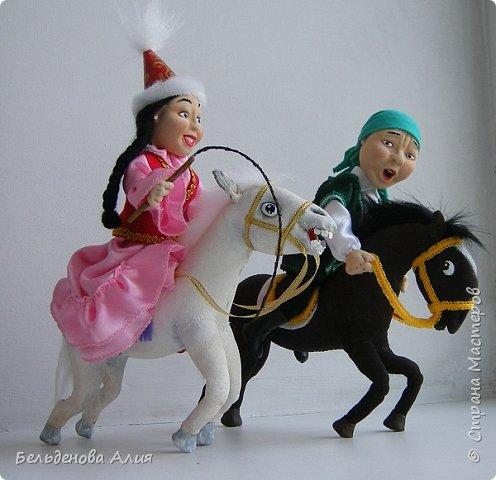 """""""Догони девушку"""" (Кыз куу) - казахская национальная игра. На старте девушка на лошади находится на корпус лошади впереди парня. Определяется дистанция. Если парень догонит девушку, то может её поцеловать, а если не догонит, то на обратном пути девушка бьёт кнутом парня, при этом парень старается ускакать, если получится. фото 11"""