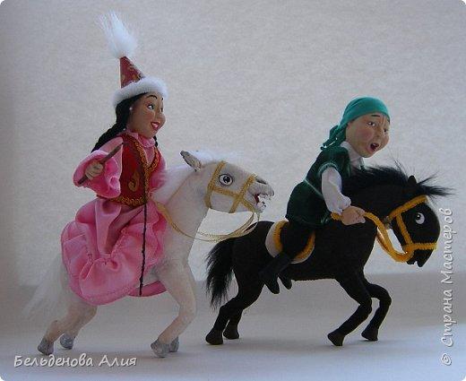 """""""Догони девушку"""" (Кыз куу) - казахская национальная игра. На старте девушка на лошади находится на корпус лошади впереди парня. Определяется дистанция. Если парень догонит девушку, то может её поцеловать, а если не догонит, то на обратном пути девушка бьёт кнутом парня, при этом парень старается ускакать, если получится. фото 2"""
