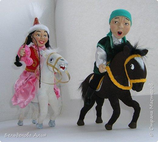 """""""Догони девушку"""" (Кыз куу) - казахская национальная игра. На старте девушка на лошади находится на корпус лошади впереди парня. Определяется дистанция. Если парень догонит девушку, то может её поцеловать, а если не догонит, то на обратном пути девушка бьёт кнутом парня, при этом парень старается ускакать, если получится. фото 3"""