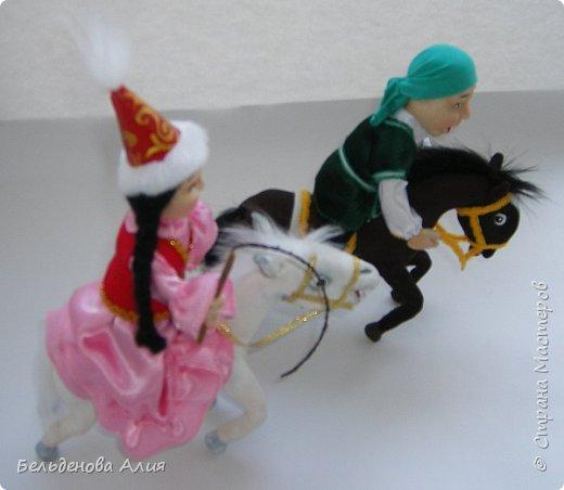 """""""Догони девушку"""" (Кыз куу) - казахская национальная игра. На старте девушка на лошади находится на корпус лошади впереди парня. Определяется дистанция. Если парень догонит девушку, то может её поцеловать, а если не догонит, то на обратном пути девушка бьёт кнутом парня, при этом парень старается ускакать, если получится. фото 4"""