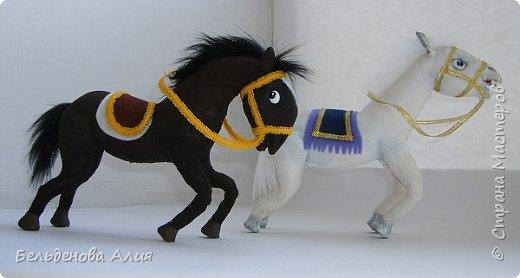 """""""Догони девушку"""" (Кыз куу) - казахская национальная игра. На старте девушка на лошади находится на корпус лошади впереди парня. Определяется дистанция. Если парень догонит девушку, то может её поцеловать, а если не догонит, то на обратном пути девушка бьёт кнутом парня, при этом парень старается ускакать, если получится. фото 5"""