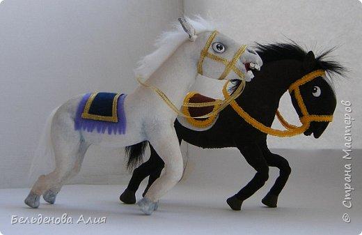 """""""Догони девушку"""" (Кыз куу) - казахская национальная игра. На старте девушка на лошади находится на корпус лошади впереди парня. Определяется дистанция. Если парень догонит девушку, то может её поцеловать, а если не догонит, то на обратном пути девушка бьёт кнутом парня, при этом парень старается ускакать, если получится. фото 6"""