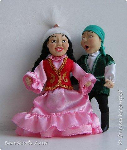 """""""Догони девушку"""" (Кыз куу) - казахская национальная игра. На старте девушка на лошади находится на корпус лошади впереди парня. Определяется дистанция. Если парень догонит девушку, то может её поцеловать, а если не догонит, то на обратном пути девушка бьёт кнутом парня, при этом парень старается ускакать, если получится. фото 7"""
