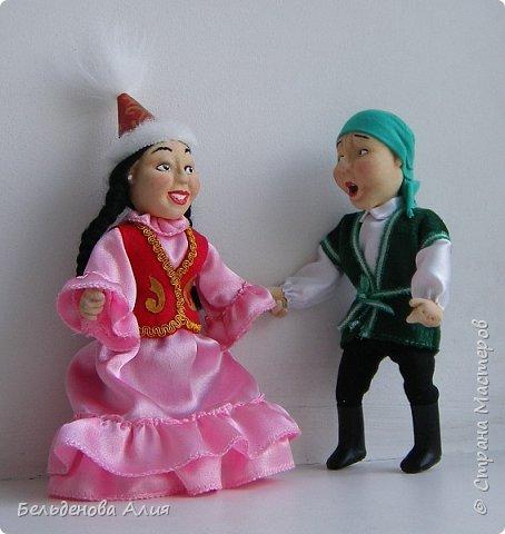 """""""Догони девушку"""" (Кыз куу) - казахская национальная игра. На старте девушка на лошади находится на корпус лошади впереди парня. Определяется дистанция. Если парень догонит девушку, то может её поцеловать, а если не догонит, то на обратном пути девушка бьёт кнутом парня, при этом парень старается ускакать, если получится. фото 9"""