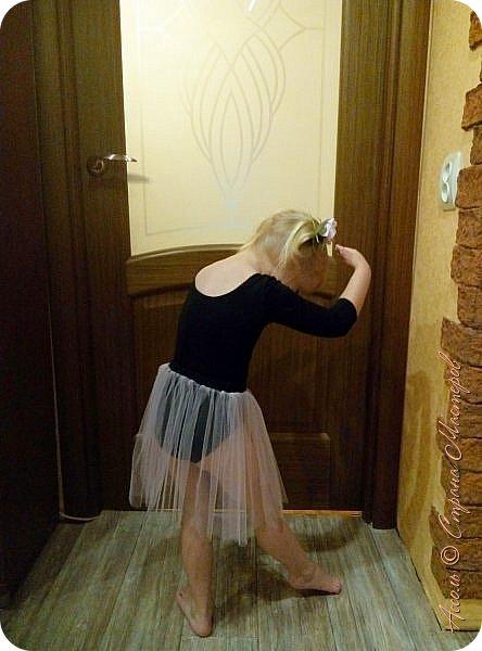 Всем привет! Настена уже месяц ходит в танцевальную студию. И вижу, что с каждым разом любовь к танцам все сильнее... Решила порадовать дочу настоящим гимнастическим купальником фото 4
