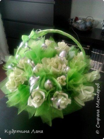Цветы из конфет в корзине и открытка фото 2