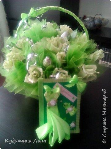 Цветы из конфет в корзине и открытка фото 3