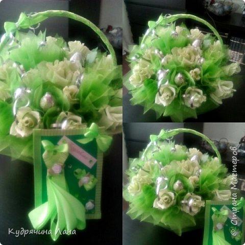 Цветы из конфет в корзине и открытка фото 1