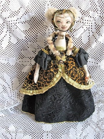 Друзья, в моей коллекции появилась вот такая кукла.Рост 47 см., сшита из хлопка, волосы из травки уложены в статичную причёску, одежда ( кроме шапочки ) несъёмная. фото 1