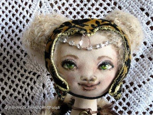 Друзья, в моей коллекции появилась вот такая кукла.Рост 47 см., сшита из хлопка, волосы из травки уложены в статичную причёску, одежда ( кроме шапочки ) несъёмная. фото 2
